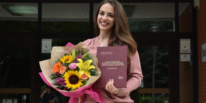 Zrenjanin - Marina Delić 1 samo desetke u indeksu i diploma u rukama foto Privatna arhiva